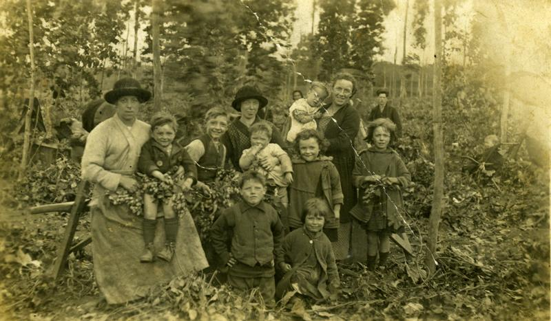 Nan, Mum, aunts and other relatives of Evelyn Hazard at New Barn Farm 1925